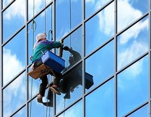 альпинист оказывает услуги по высотным работам