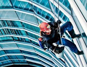 альпинист для высотных клининговых работ